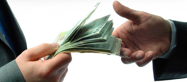 mezczyzna liczacy banknoty