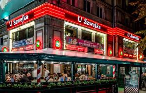 U Szwejka - sesja zdjeciowa kolejki i i neonu na budynku