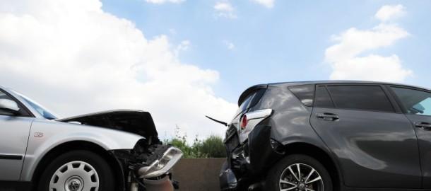 """ARCHIVâ- ILLUSTRATIONâ- Zwei kaputte Autos stehen am 17.08.2013 nach einem Unfall auf der Autobahn 5 bei Bad Homburg (Hessen). Nach Angaben der Versicherungsbranche entsteht beim Betrug in der Kraftfahrtversicherung jedes Jahr ein Schaden von rund zwei Milliarden Euro. Foto: Daniel Reinhardt/dpa (zu lni """"Unfâ°lle provoziert und abkassiert - Prozessbeginn gegen 40-Jâ°hrigen"""" vom 20.05.2014) +++(c) dpa - Bildfunk+++"""