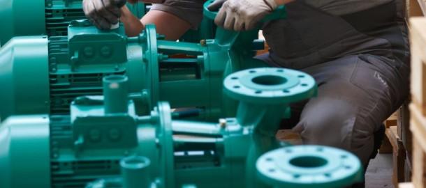 ARCHIV- Ein Mitarbeiter kontrolliert am 28.04.2010 in einer Produktionshalle des Pumpenherstellers Wilo in Dortmund (Nordrhein-Westfalen) Pumpen. Der Verband Deutscher Maschinen- und Anlagenbau (VDMA) veröffentlich die Zahlen für die Auftragseingänge des Monats Juni 2013. Foto: Bernd Thissen/dpa +++(c) dpa - Bildfunk+++
