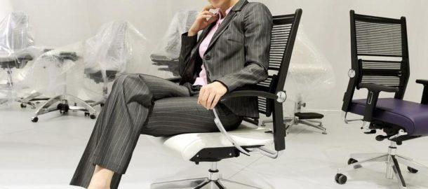Arbeit-Den-geeigneten-Buerostuhl-gefunden-Das-richtige-Einstellen-und-Sitzen-am-Schreibtisch-schuetzt-vor-Nacken-und-Rueckenschmerzen