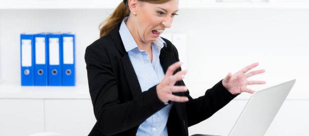 aggressive frau am computer