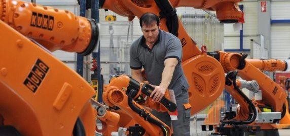 In-Augsburg-kontrolliert-ein-Arbeiter-einen-Roboter-von-Kuka-Der-chinesische-Konzern-Midea-will-den-deutschen-Roboter-und-Anlagenbauer-uebernehmen